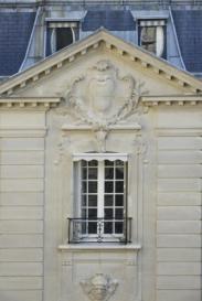 Hôtel de Vogüé, façade sur cour : fronton brisé ; mascarons ; marquise.