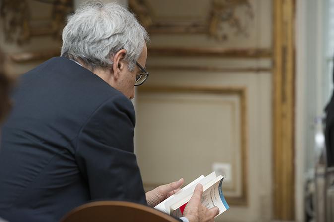 Jean Pisani-Ferry, Commissaire général, tient en mains l'ouvrage primé dans la catégorie « Pédagogie »: Les assurances maladie