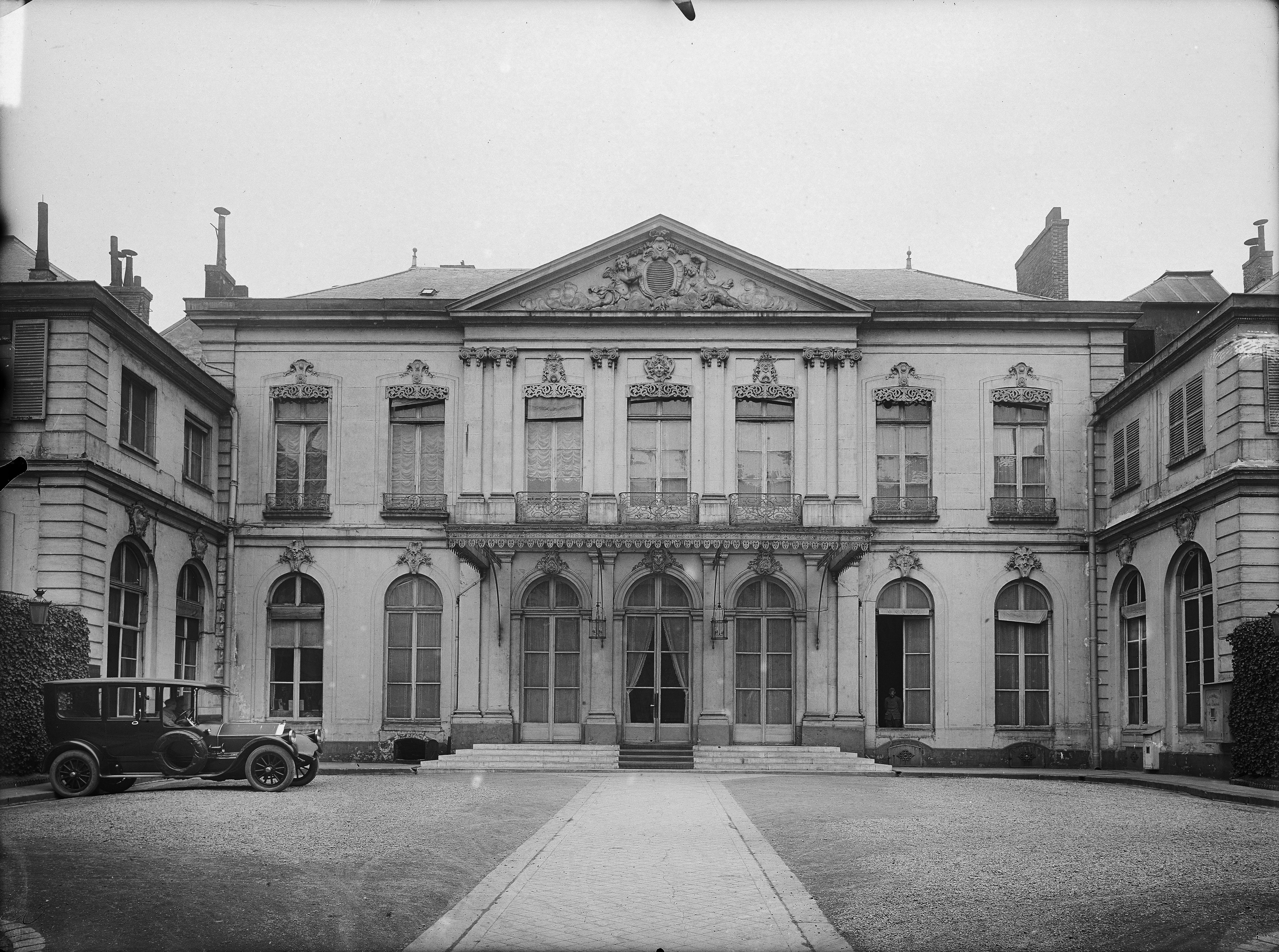 Ministère de la Guerre, 14 rue Saint-Dominique. Façade sur Cour. Paris (7e arr.). Plaque de verre, 18 x 24 cm, 1920.