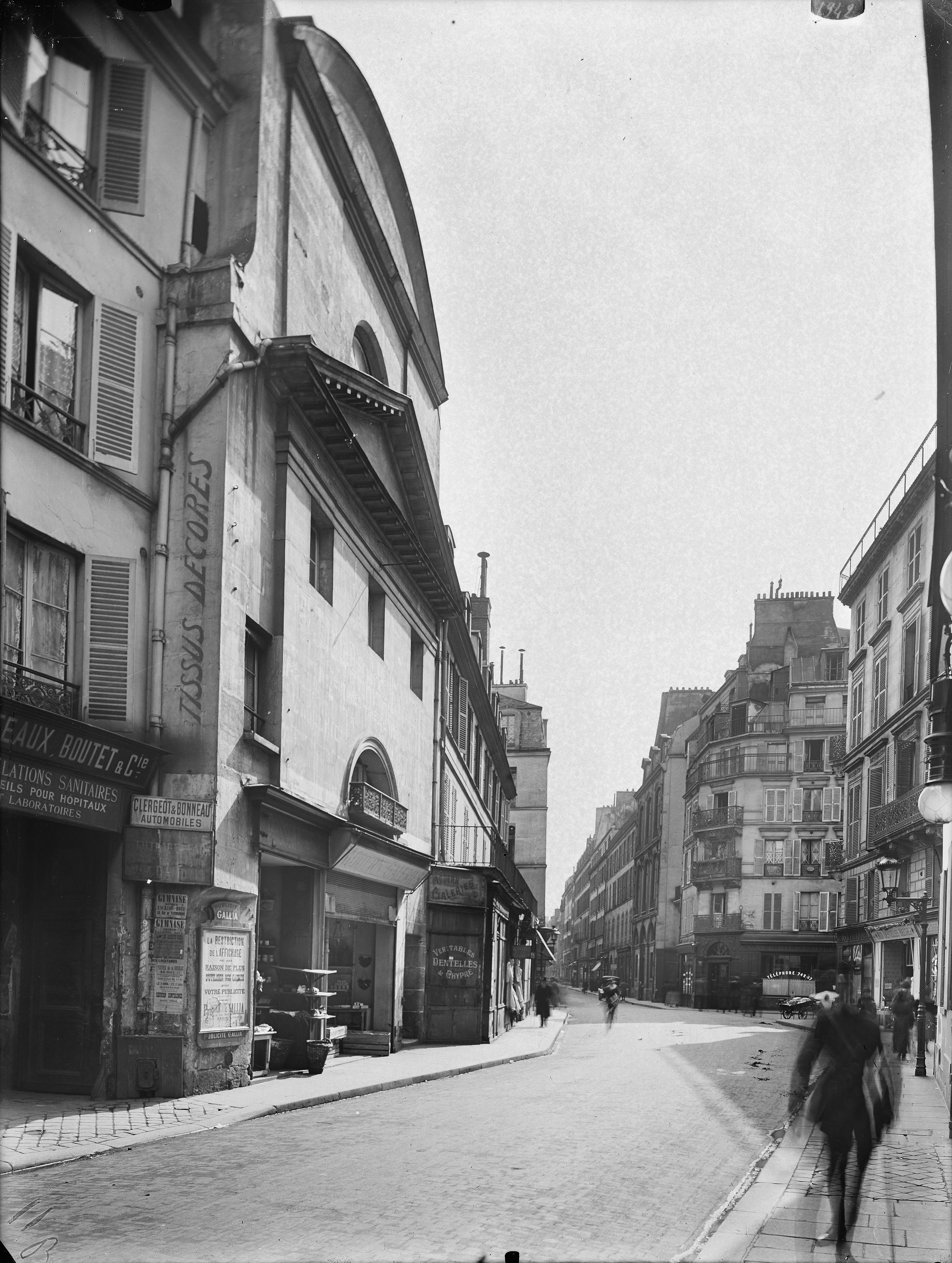 Ancien couvent des Récollettes, 85 rue du Bac.Ensemble pris du n°94. Paris (7e arr.).Plaque de verre, 18 x 24 cm, 1918.© Charles Lansiaux / DHAAP / Roger-Viollet