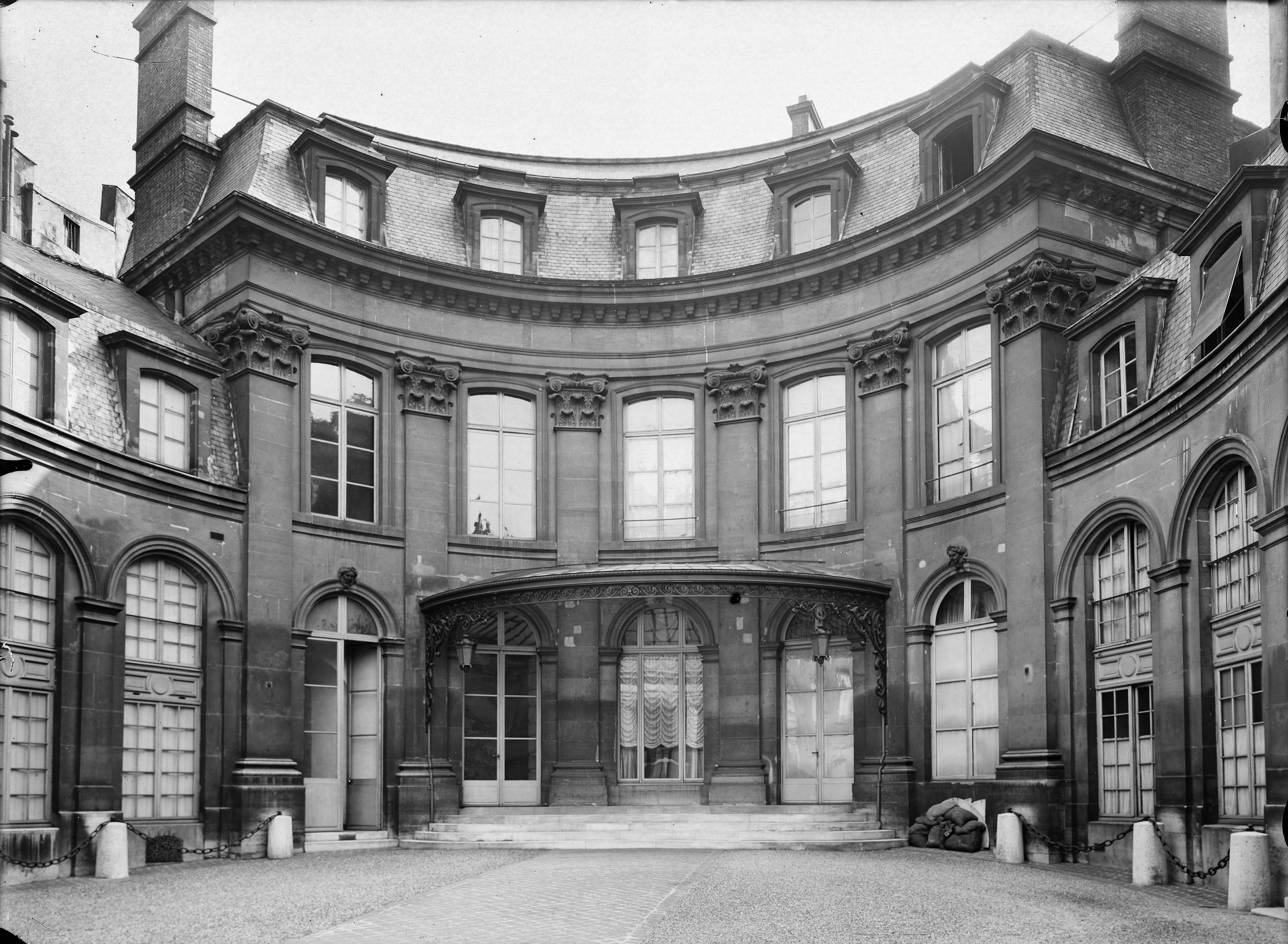 Hôtel Amelot de Gournay, 1 rue Saint-Dominique. Vue de la cour. Paris (7e arr.). Plaque de verre, 18 x 24 cm, 1918.